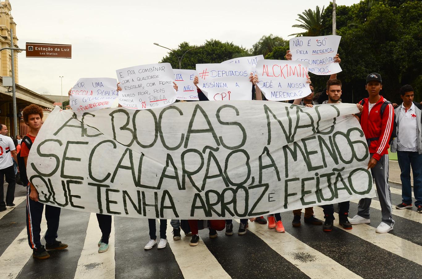 Estudantes protestam pelo direito à alimentação escolar em 2016